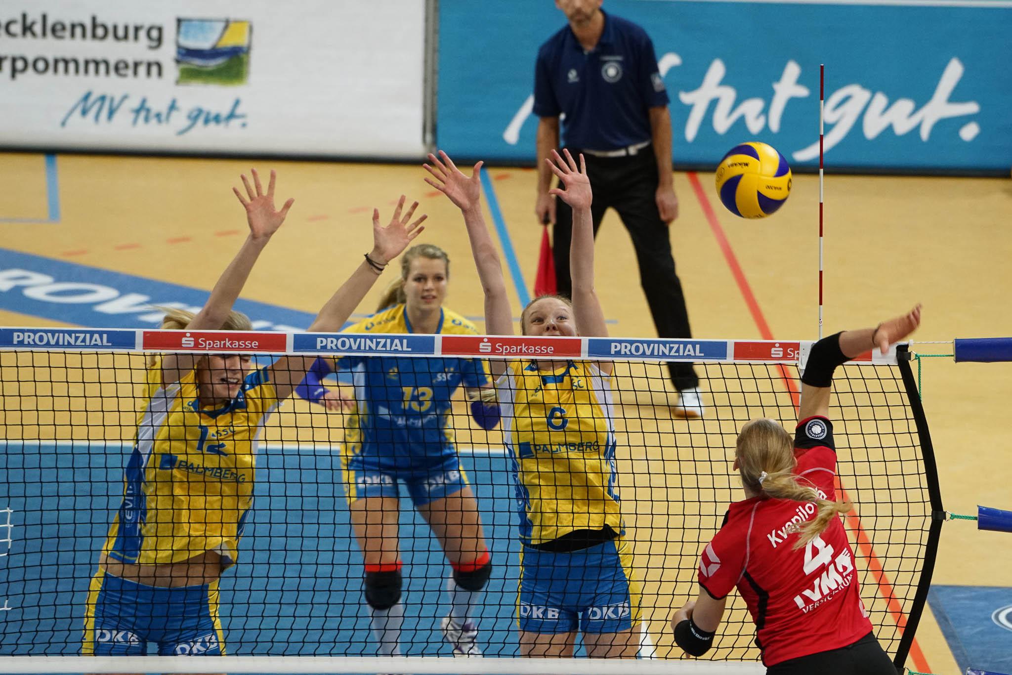 © MidiGrafie | Die Schweriner Nationalspielerinnen Anja Brandt und Jennifer Geerties im Block wollen auch im nächsten Jahr international spielen